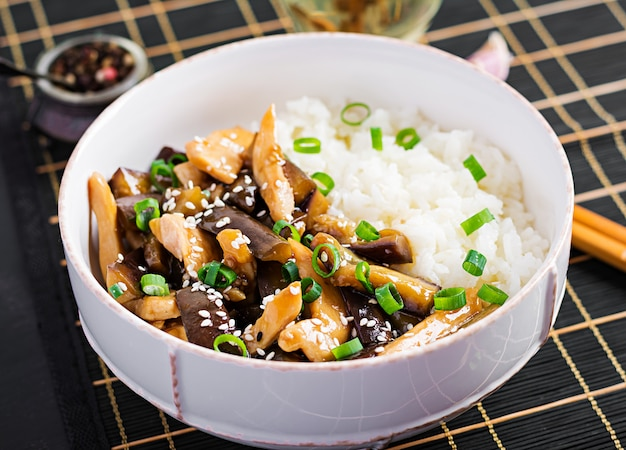 Sauté au poulet, aux aubergines et au riz bouilli