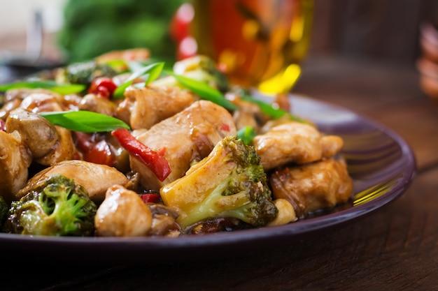 Sauté au poulet, champignons, brocoli et poivrons - cuisine chinoise