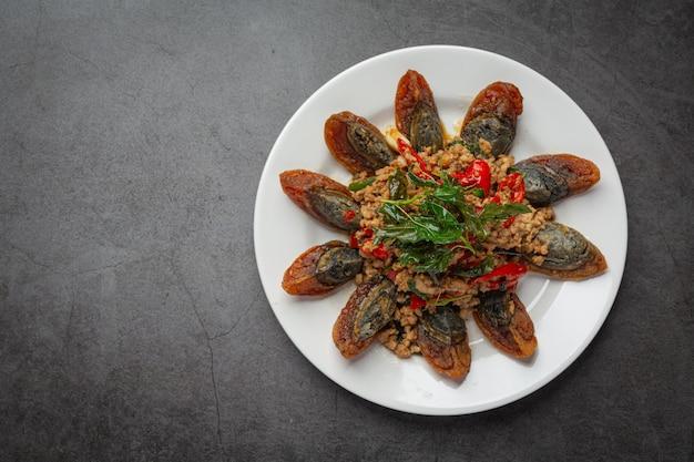 Sauté de basilic avec œuf épicé du siècle servi avec riz cuit à la vapeur et sauce de poisson chili, cuisine thaïlandaise.