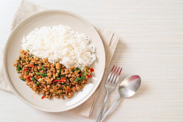 Sauté de basilic thaï avec du porc haché sur du riz garni
