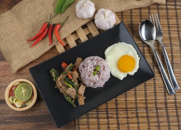 Sauté de bœuf au basilic avec œuf frit et riz aux baies de riz.