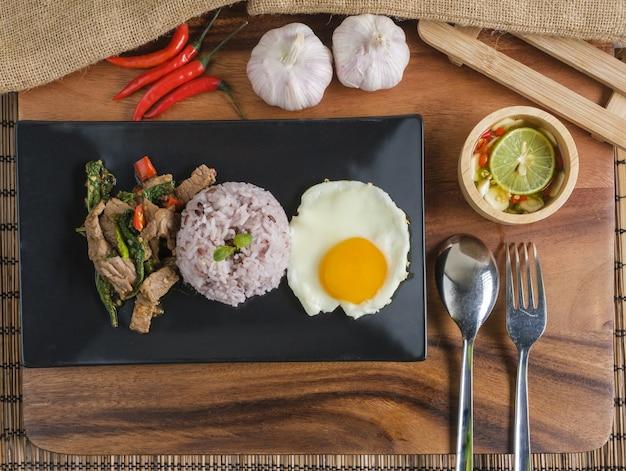 Sauté de bœuf au basilic avec œuf frit et riz aux fraises.
