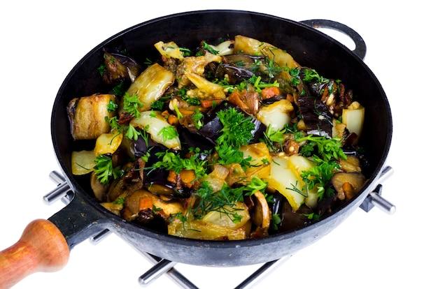 Sauté de casserole de légumes isolé sur fond blanc