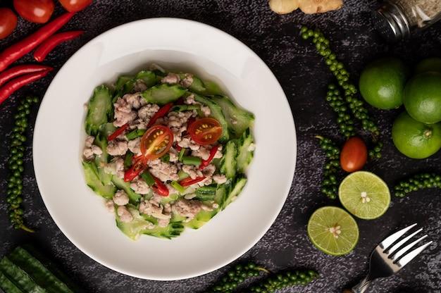 Sauté de courgettes avec du porc haché dans une assiette blanche