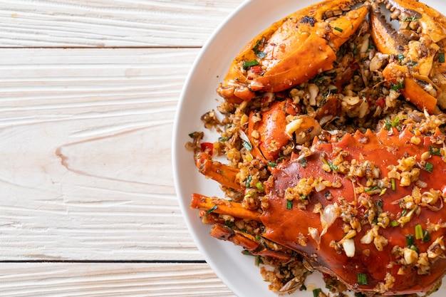 Sauté de crabe avec sel épicé et poivre - style fruits de mer