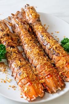 Sauté de crevettes mantis à l'ail sur plaque blanche