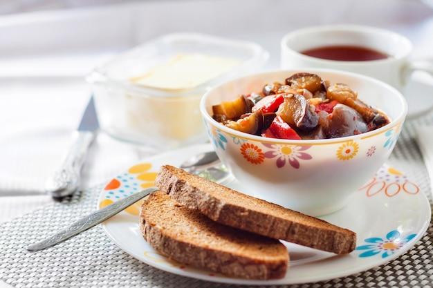 Sauté de légumes aux aubergines, tomates et poivrons rouges