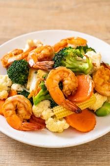 Sauté de légumes avec des crevettes