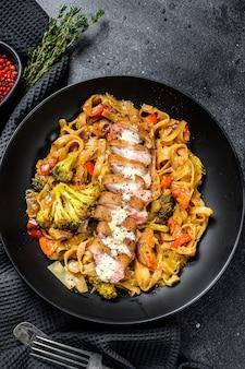 Sauté de nouilles au wok avec magret de canard grillé