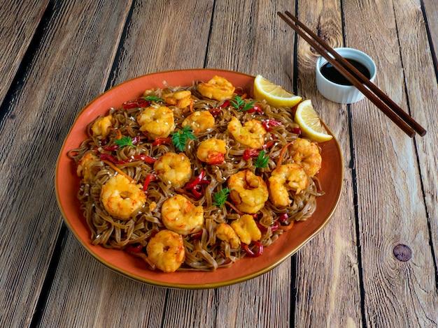Sauté de nouilles aux crevettes frites, légumes et sauce soja