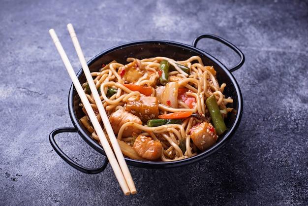 Sauté de nouilles avec du poulet, du tofu et des légumes.