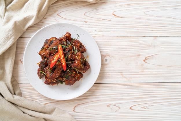 Sauté de poisson-chat avec pâte de chili - style cuisine asiatique