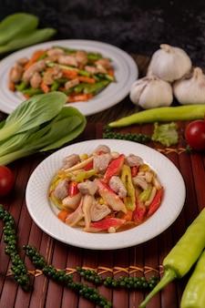 Sauté avec poivrons, porc, bâtonnets de crabe et champignons