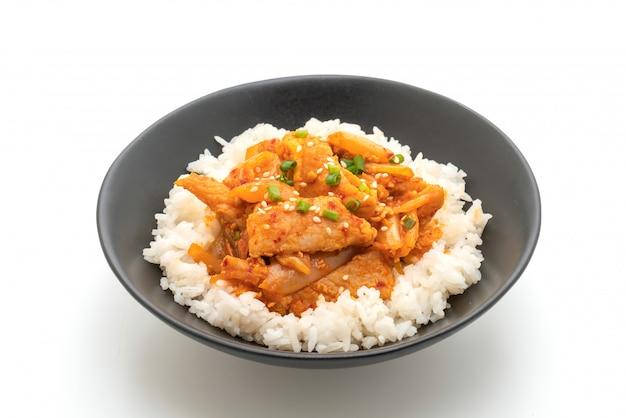 Sauté de porc avec kimchi sur riz garnis isolé sur fond blanc