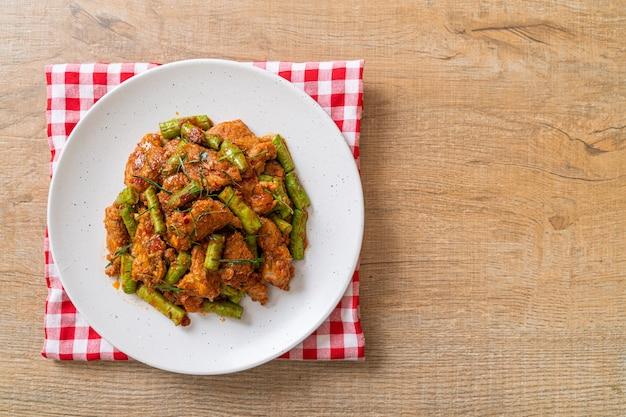 Sauté de porc et pâte de curry rouge avec haricots verts