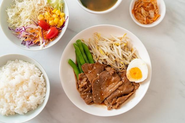 Sauté de porc teriyaki aux graines de sésame, germes de haricot mungo, œuf à la coque et ensemble de riz - style de cuisine japonaise