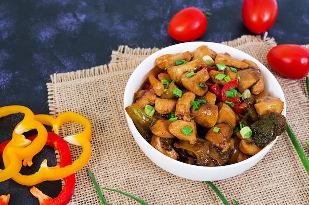 Sauté de poulet aux poivrons et aux champignons à la noirceur