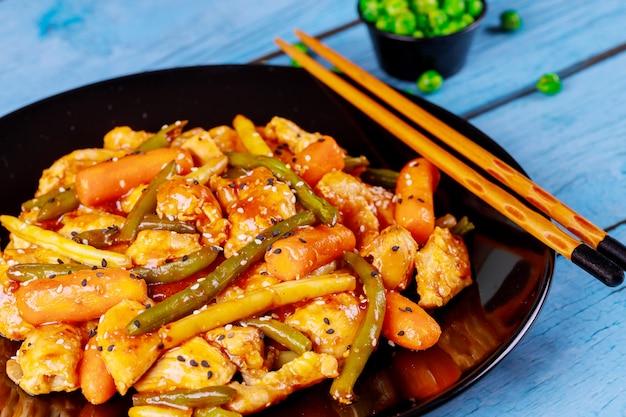 Sauté avec poulet, carottes, haricots verts et jaunes