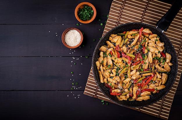 Sauté de poulet, courgettes, poivrons et oignons verts