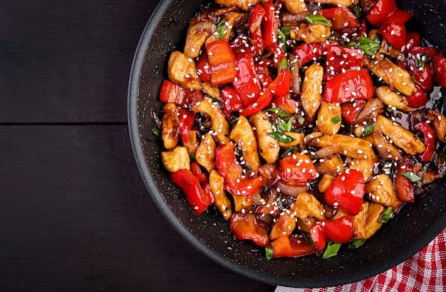 Sauté de poulet, poivrons et oignons verts