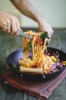 Sauté de spaghettis aux légumes biologiques