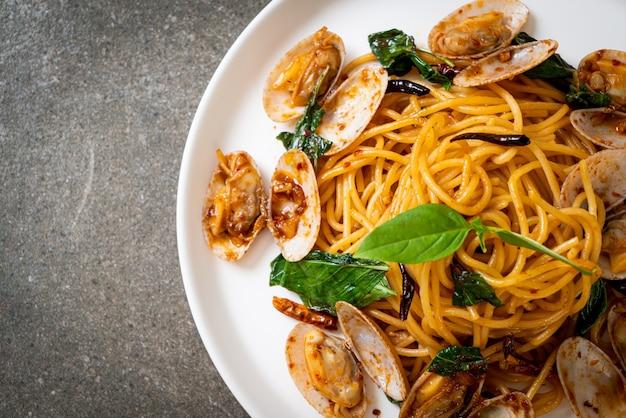 Sauté de spaghettis aux palourdes et à l'ail et au piment