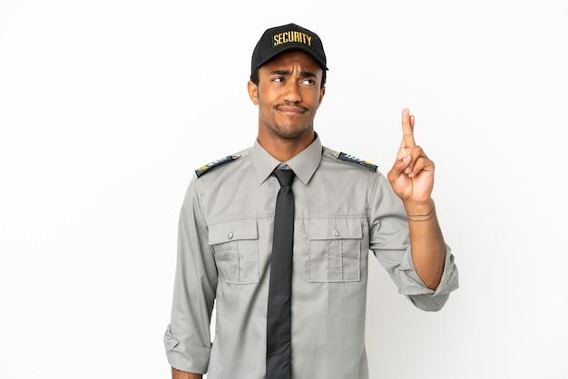 Sauvegarde afro-américaine sur fond blanc isolé avec les doigts croisés et souhaitant le meilleur