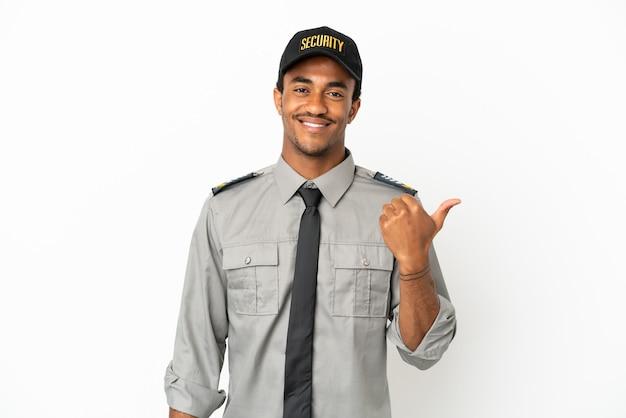Sauvegarde afro-américaine sur fond blanc isolé pointant sur le côté pour présenter un produit