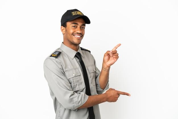 Sauvegarde afro-américaine sur fond blanc isolé, pointant le doigt sur le côté et présentant un produit