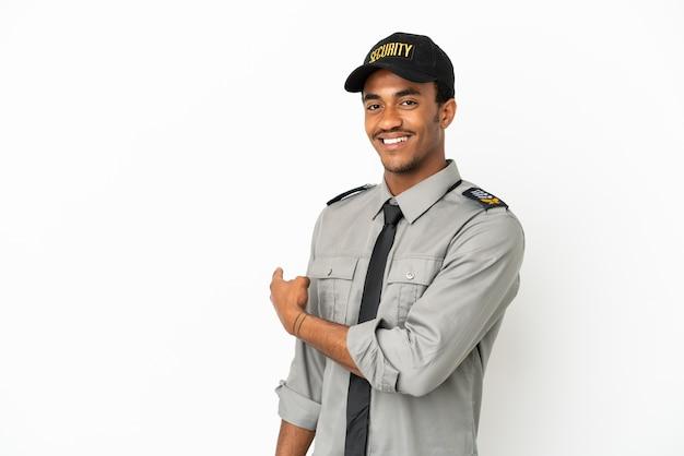 Sauvegarde afro-américaine sur fond blanc isolé pointant vers l'arrière
