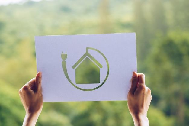 Sauver la conservation de l'environnement écologique mondial avec les mains tenant un papier découpé