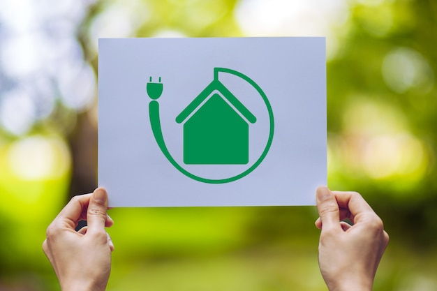 Sauver la préservation de l'environnement écologique mondial avec les mains tenant du papier découpé