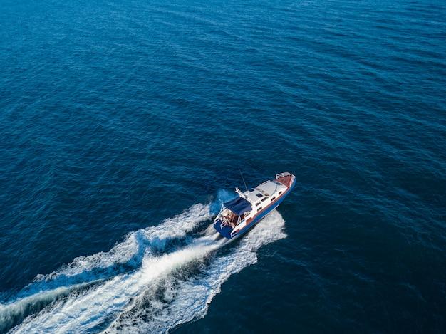 Sauvetage côte garde bateau à moteur bateau patrouille en mer isolé
