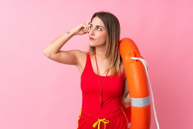 Sauveteur femme sur mur isolé ayant des doutes et avec une expression de visage confuse