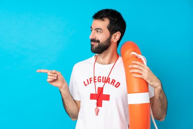 Sauveteur homme sur un doigt pointé bleu sur le côté