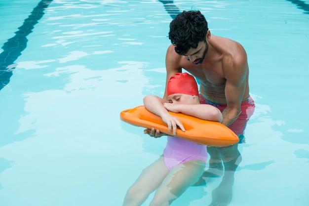 Sauveteur sauvant une fille inconsciente de la piscine