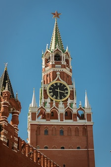 Le sauveur spasskaya tour du kremlin de moscou, russie