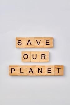 Sauvez notre planète en blocs de bois. sauver la nature pour les générations futures. isolé sur fond blanc.