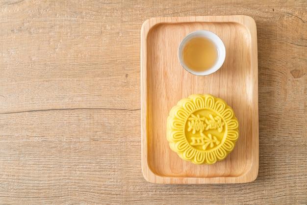 Saveur de crème pâtissière chinoise avec du thé sur plaque de bois