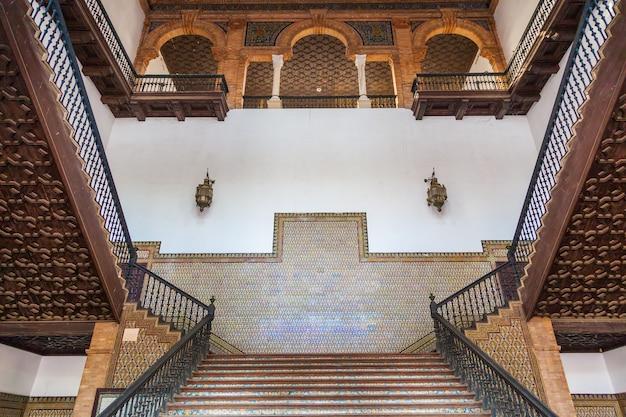 Saville, espagne. ancien escalier néo-renaissance espagnole en marbre et bois.