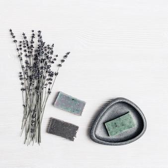 Savon artisanal aux herbes parfumées naturelles et à la lavande