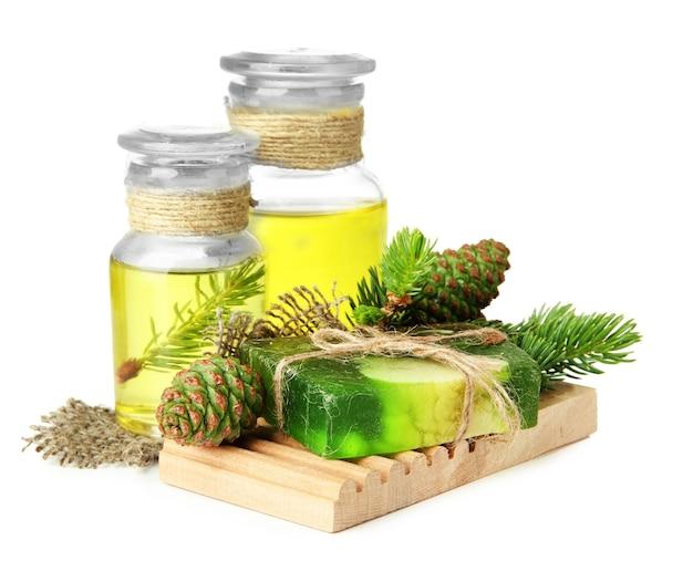 Savon artisanal et bouteilles d'huile de sapin, sur blanc