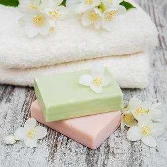 Savon artisanal et fleurs de jasmin