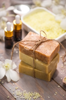 Savon artisanal et huile aromatique avec branche de fleur. produits de spa.