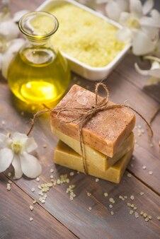 Savon artisanal et huile aromatique à l'orchidée blanche. produits de spa.