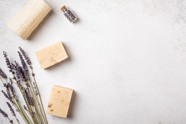 Savon artisanal et huiles aux fleurs de lavande. santé et autosoins. aromathérapie aux parfums essentiels. fond naturel. vue de dessus, espace de copie, mise à plat. cosmétique naturelle.