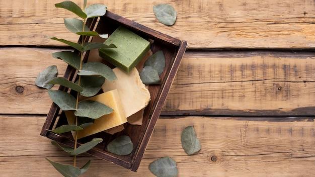 Savon artisanal naturel à base de feuilles d'herbes