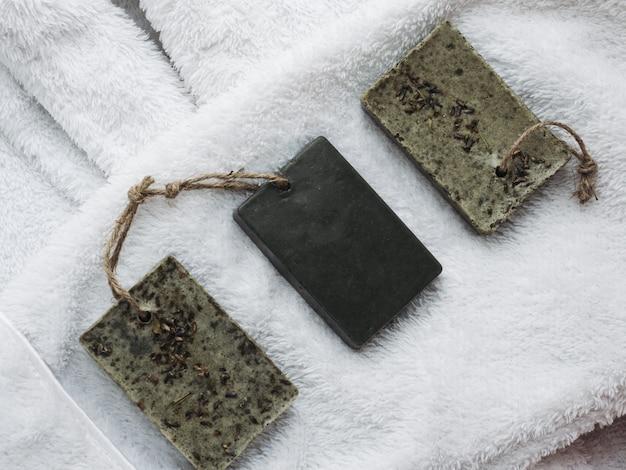 Savon artisanal naturel sur une serviette