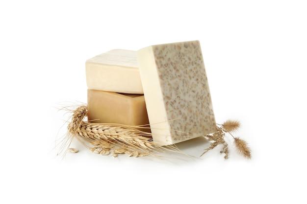 Savon artisanal naturel sur surface blanche