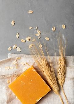 Savon artisanal naturel de la vue de dessus de blé
